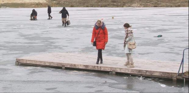 Девушка бесстрашно бросилась в ледяную воду, чтобы спасти тонущего мальчика