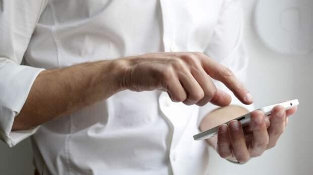 """Российские IT-специалисты дали советы по спасению смартфона после """"купания"""""""