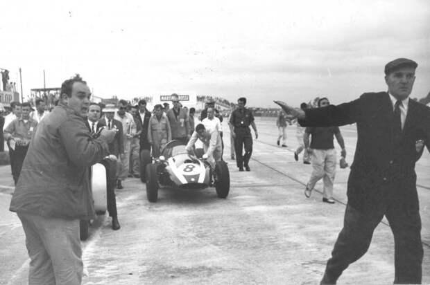 Гран При США '59. Джек Брэбэм толкает свой Cooper T51 к финишу и первому чемпионскому титулу. авто, автогонки, автоистория, автомир, автомобили, автоспорт, гонки, формула 1