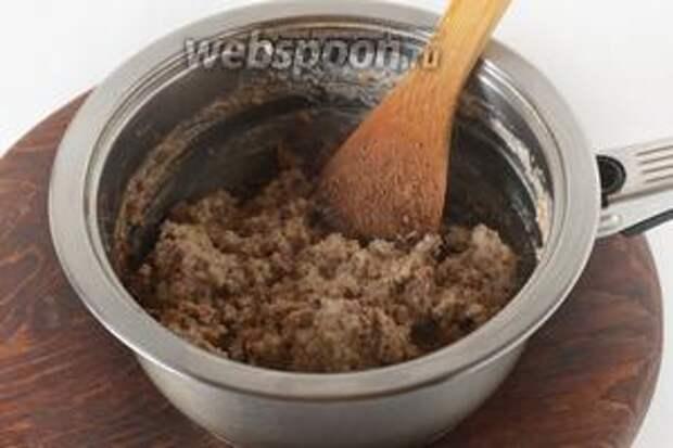 Вмешать 25 грамм крекерной крошки в горячую ореховую массу и перемешать. Масса загустеет. Остудить её.