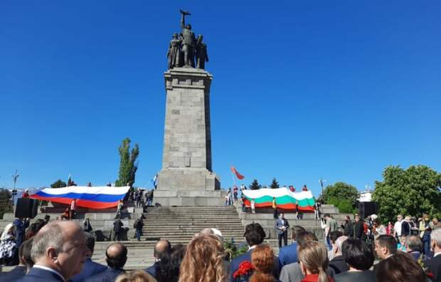 Болгария: народ отдал дань памяти советским солдатам, элиты отмолчались