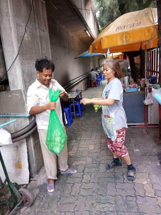 Бездомный кормит уличных кошек, при том, что сам иногда голодает