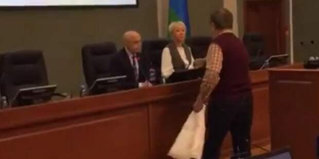 Карельский пенсионер подарил туалетную бумагу депутатам за прибавку к пенсии в 21 рубль