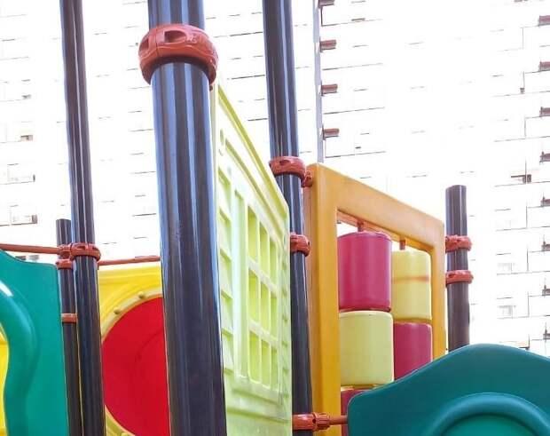 Во дворе на Коминтерна отремонтировали детскую площадку