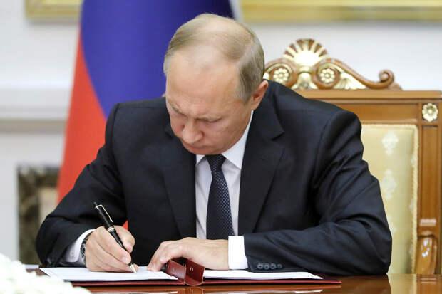 Путин подписал закон о санкциях за цензуру российских СМИ