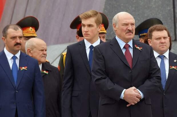 Лукашенко с сыновьями.png