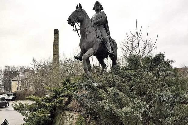 Век назад этот памятник Петру I в Риге установили сами латыши на свои пожертвования. Теперь царя отправили на задворки. Местные националисты говорят: «Петр - оккупант, без него мы бы шведами были».