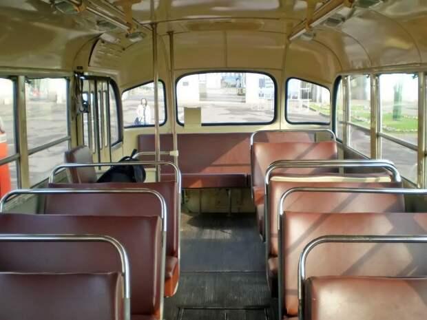 Вот так салон ''158-го'' выглядел исходно. На фото — машина ''музея Мосгортранса'' ликинского производства. Очевидно, что стоять в этом салоне попросту негде… ЗИЛ-158В, авто, автобус, зил, лиаз, олдтаймер, реставрация, рето автобус