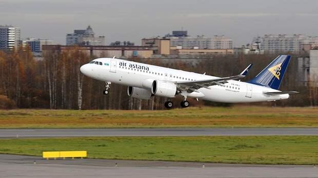 Самолет Airbus A320neo авиакомпании Air Astana взлетает в аэропорту Пулково