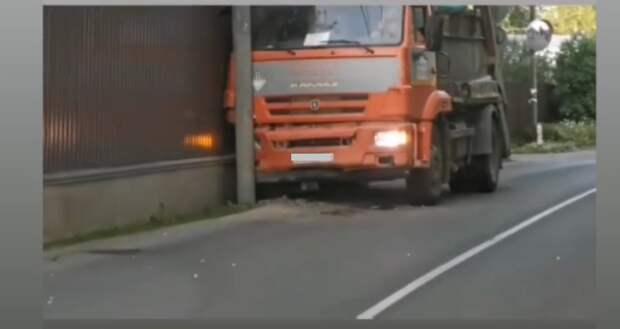 На Одинцовской улице мусоровоз врезался в столб