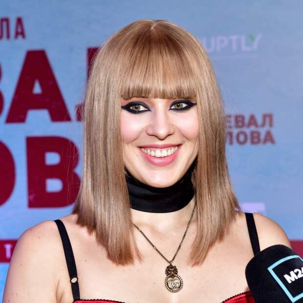 «Цветок должен быть распущен»: что носят спутницы российских рэперов