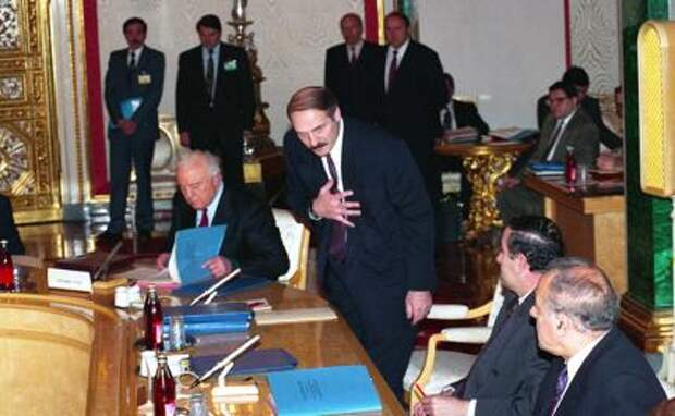 На фото: президент Белоруссии А. Лукашенко (в центре) принимает поздравления в связи с избранием его президентом республики. Президент Грузии Э. Шеварднадзе - слева. 1994 год