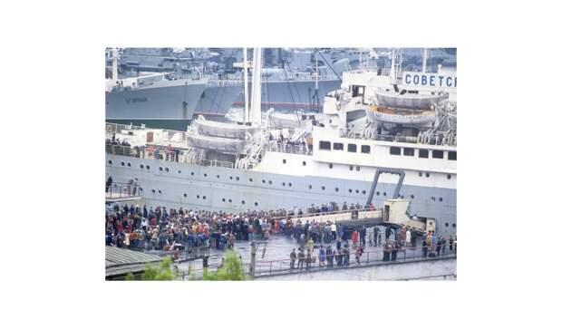 Лайнер Советский Союз в порту Владивостока