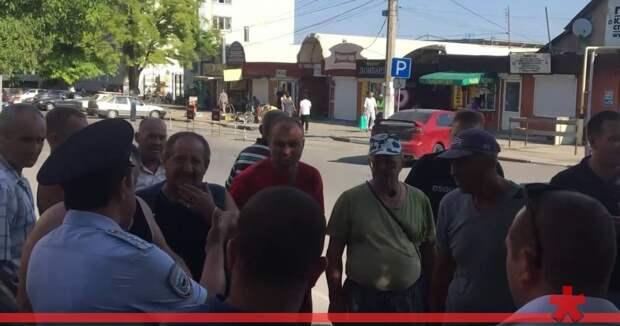 «Вопрос не в народе, мы защищаем нормативные акты» - полиция закрывает рынок в Симферополе