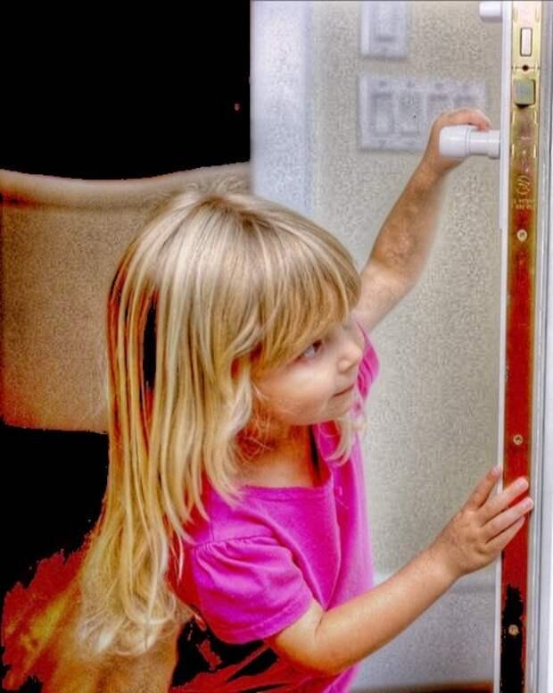 дверь открыла им маленькая девочка...