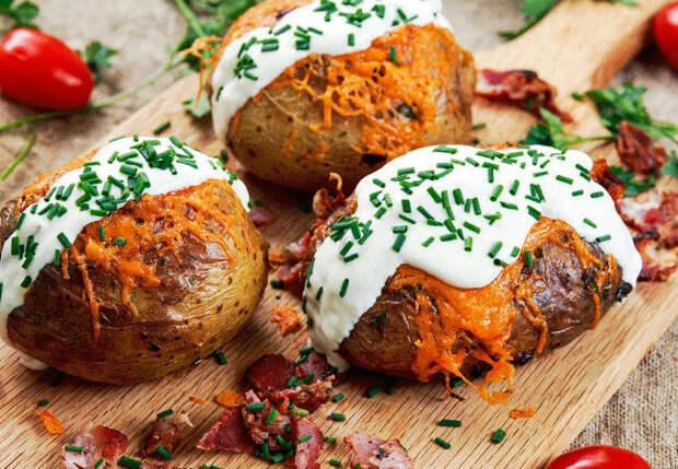 Вырезали в картошке середину: заполняем начинкой и ужин готов