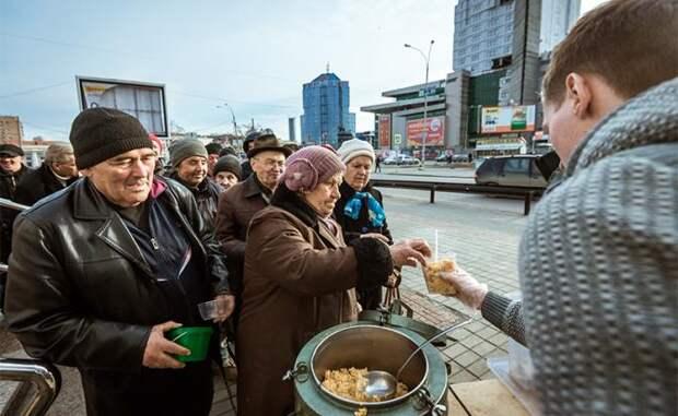 На фото: во время раздачи еды бездомным и малоимущим людям на площадке у храма Державной иконы Божьей Матери в Екатеринбурге