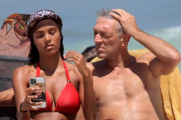 Тина Кунаки и Венсан Кассель на пляже в Бразилии