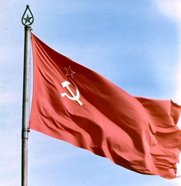 18 апреля 1924 года, Президиум ЦИК СССР утвердил Государственный флаг СССР.