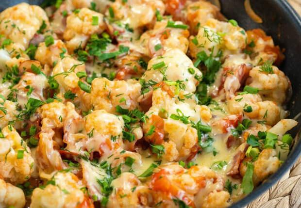 Смешали цветную капусту с беконом и помидорами: гарнир и главное блюдо в одной тарелке