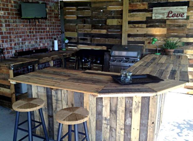 Кухня из досок от деревянных поддонов.   Фото: Easy Craft Ideas.