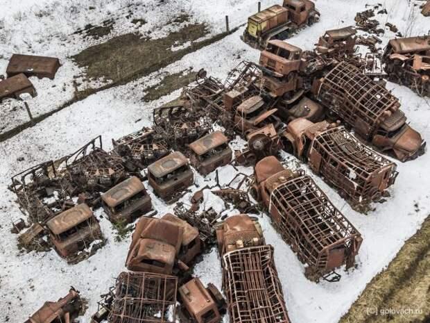 Блогер наткнулся на кладбище сгоревших военных машин в лесу (10 фото)