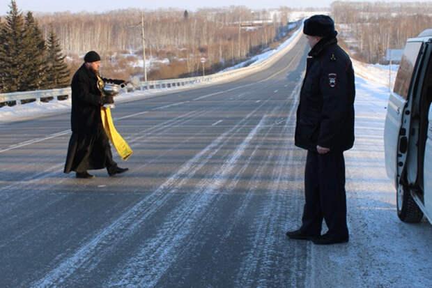 Мистика или правда: священник в Красноярске спасает трассу по просьбе ГИБДД