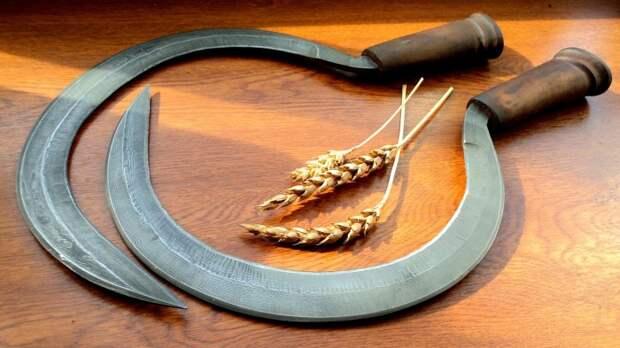 Серп имел мистическое значение, передавать его из рук в руки не рекомендовалось. /Фото: static.tildacdn.com