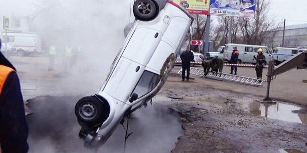 В Пензе устранили аварию, из-за которой машина оказалась в яме с кипятком