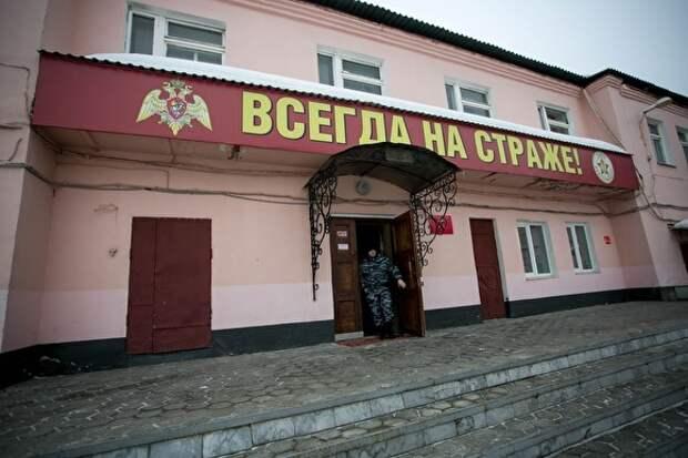 В Москве росгвардейцы угрожали «подкинуть наркоту» мужчине, который громко слушал музыку