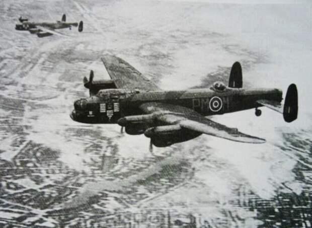 Бомбардировщики «Ланкастер» в небе над Восточной Пруссией.