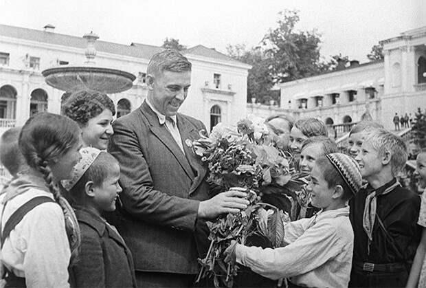 Как Стаханов разогнал экономику СССР и стал любимцем Сталина. За что его ненавидели простые люди?