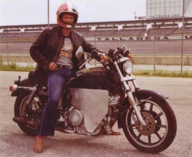 """Немецкий гонщик Уве Марковац тестирует прототип нового «Харлея» на трассе Talladega Motor Speedway (иллюстрация из книги мемуаров Ханса Мецгера """"Porsche And Me"""") harley-davidson, авто, байк, мото, мотоцикл, мотоциклы, мотоциклы Harley-Davidson"""