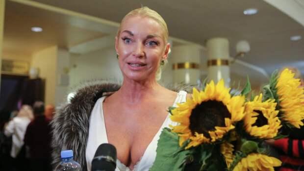 Фанаты назвали «мерзостью» шпагат Волочковой на шее возлюбленного