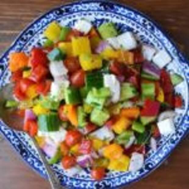 """Овощной салат с болгарским перцем и сыром """"Фета""""."""
