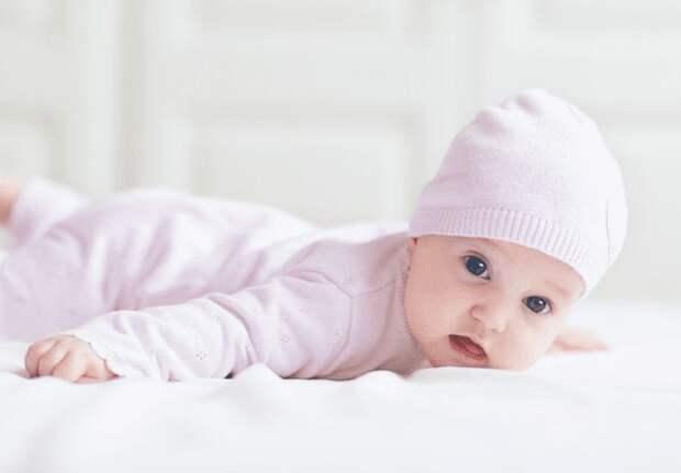 Когда ребенок начинает держать голову – ошибки родителей, когда бить тревогу