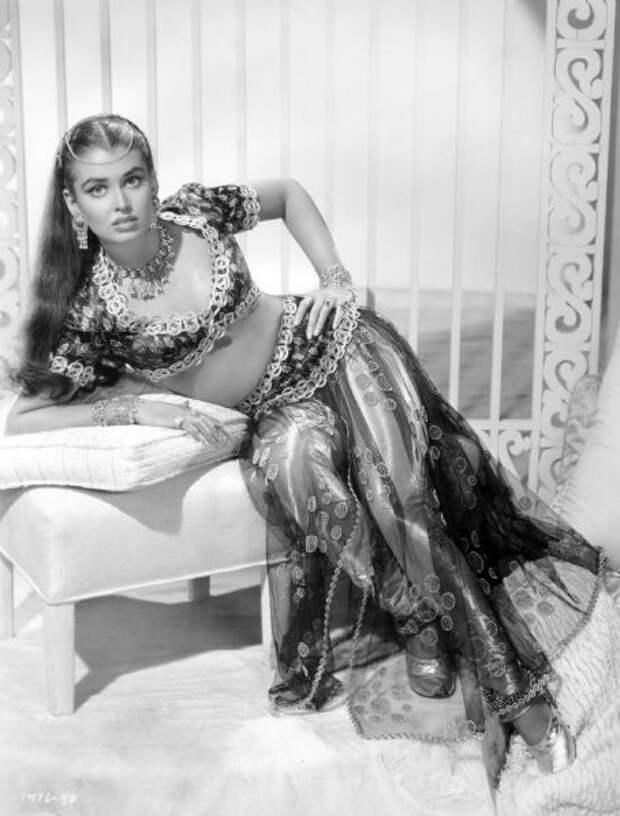 Экзотическая красотка из 40-ых Лоретт Луез
