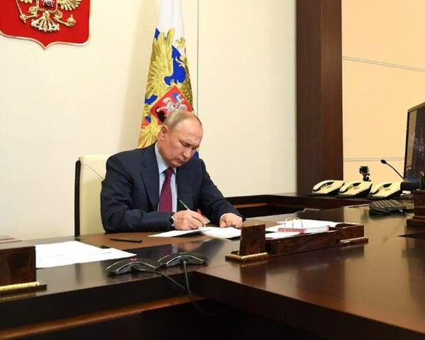 Путин внёс в Госдуму законопроект о запрете двойного гражданства для военных и госслужащих