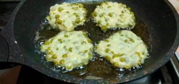 Постоянно покупаю консервированный горошек и готовлю из них вкуснятину: рецепт оладий с горошком