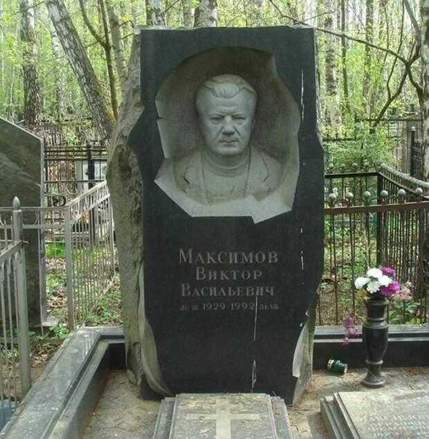 """Надгробия самых известных """"воров в законе""""."""