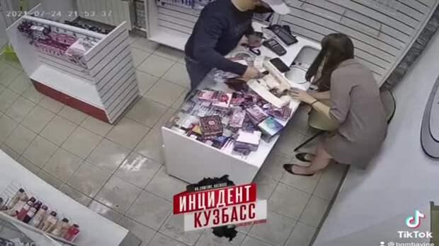 В Сибири продавщица секс-шопа избила грабителя огромным дилдо и попала на видео