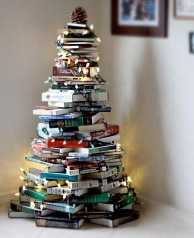 Книжная елка для тех, у кого дома много книг. /Фото: i.pinimg.com