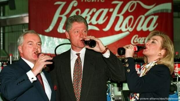 11 мая 1995 года раскрутке бренда Coca-cola вместе с главой российского представительства компании решили посодействовать, приехавшие в Москву, президент США Билл Клинтон и его жена Хиллари. СССР, прошлое, фото