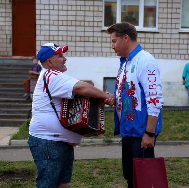 Фестиваль добрососедства в Ижевске, новые программы в автошколах и велосипед для британского премьера