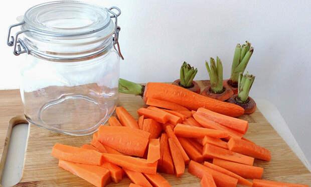 Режем морковь вдоль и кладем в банку с маслом и чесноком. Закуска на замену соленым огурцам