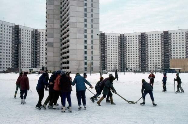 Хоккеисты в жилом московском микрорайоне. СССР, Москва, 1984 год. Автор фотографии: Chris Niedenthal.