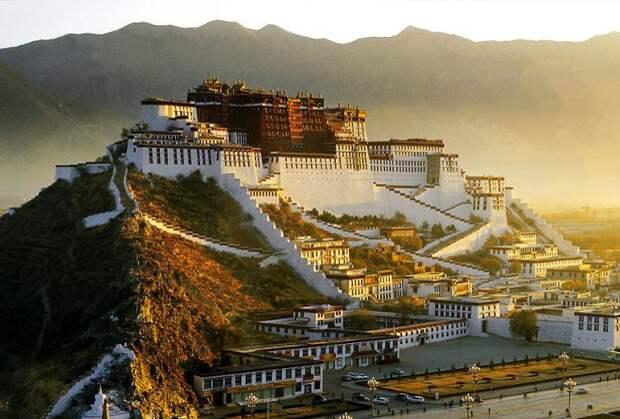 Дворец Потала расположен на высоте 3 767 метров над уровнем моря. Его высота составляет 117 метров, здание насчитывает 13 этажей.