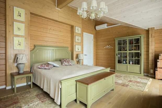 кровать и шкаф в светло-оливковых тонах