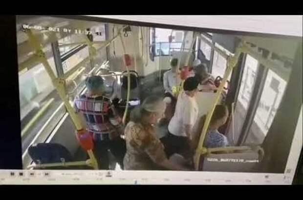 Никто изпассажиров автобуса непомог потерявшей сознание девушке