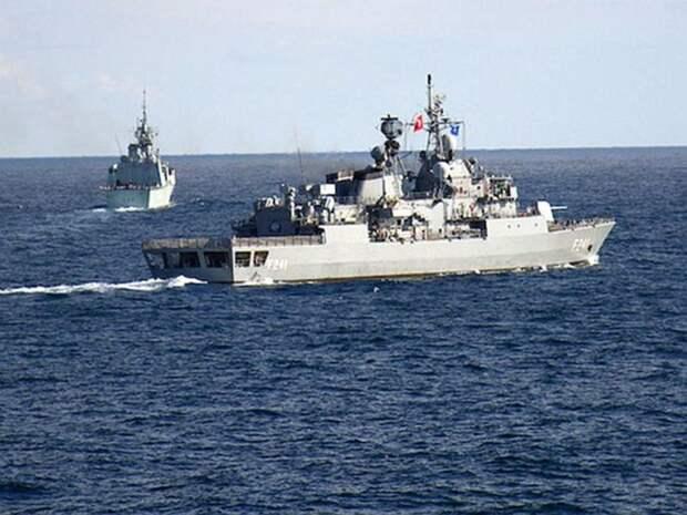 Два вооруженных корабля НАТО вошли в Черное море